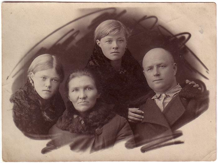 бабушка Агафия (1902), дедушка Афоня (1903), бабушка Муся Усенко, моя бабушка Анночка
