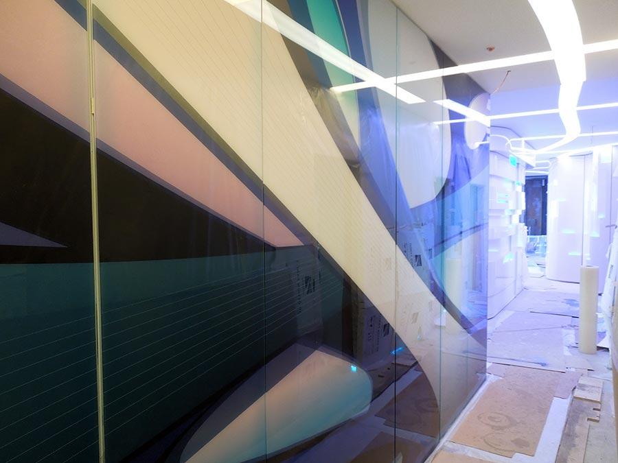 стеклянная стена коридора
