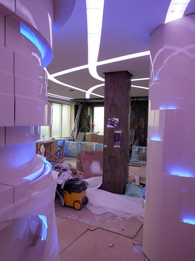 арт-шкафы с подсветкой, вид из коридора